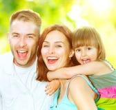 Junge Familie, die Spaß draußen hat lizenzfreies stockfoto
