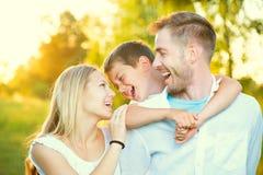 Junge Familie, die Spaß draußen hat stockfoto