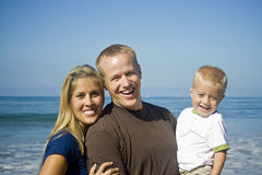 Junge Familie, die Spaß hat Lizenzfreie Stockfotografie
