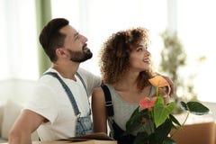 Junge Familie holt Kästen mit Sachen zu einer neuen Wohnung stockbild