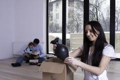 Junge Familie in ihrer neuen Wohnung Stockfoto