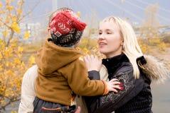 Junge Familie im Freien Stockfoto