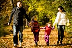 Junge Familie im Herbstpark Lizenzfreie Stockfotos