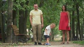 Junge Familie im Park stock video