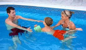 Junge Familie im Pool Stockbilder