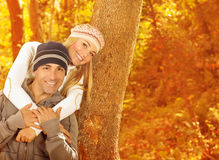 Junge Familie im Wald Lizenzfreie Stockbilder