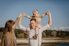Junge Familie mit den Kindern, die den Spaß im Freien haben lizenzfreies stockfoto