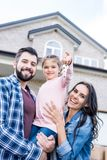 junge Familie mit den Schlüsseln, die in sich bewegen stockfoto