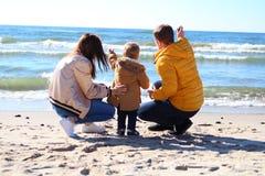 Junge Familie mit einem Kind lizenzfreie stockbilder