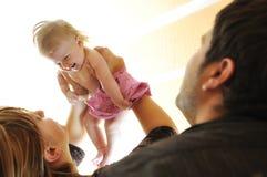 Junge Familie mit nettem wenig babby Stockbilder