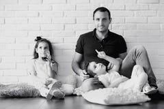 Junge Familie mit Töchtern lizenzfreie stockfotos