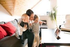 Junge Familie mit Tablette plaudernd mit ihrem Vater stockbilder