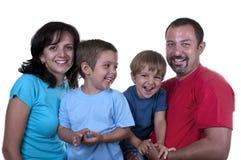 Junge Familie mit zwei Kindern lizenzfreies stockfoto