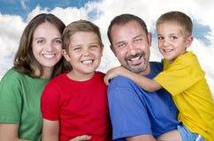 Junge Familie mit zwei Kindern Stockfoto
