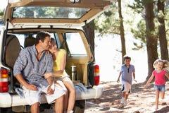 Junge Familie am Tag heraus lizenzfreie stockfotos