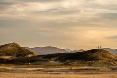 Junge Familie und junge Liebes-Paare in der ägyptischen Wüste bei Sonnenuntergang stockfotografie