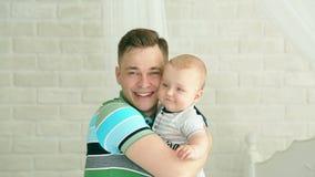 Junge Familie Vatispiele mit dem Baby Sechsmonatiges Kind und Vati Der glückliche Vater Haben Sie Spaß stock video