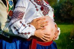Junge Familie, wenn das Kind gewartet wird Lizenzfreies Stockbild