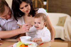 Junge Familie zu Hause, die Mahlzeit hat lizenzfreies stockfoto