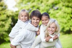 Junge Familien mit Kindern draußen lizenzfreie stockfotografie