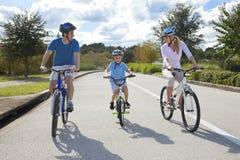 Junge Familien-Muttergesellschaft und Jungen-Sohn-Radfahren Lizenzfreie Stockbilder