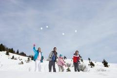 Junge Familien-werfende Schneebälle stockbilder