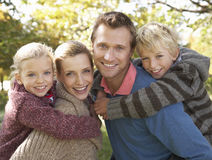 Junge Familienhaltung im Park Stockbild