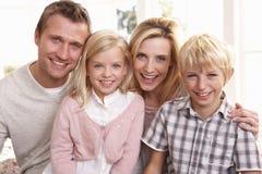 Junge Familienhaltung zusammen Lizenzfreie Stockbilder