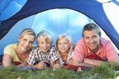 Junge Familienhaltungen im Zelt Lizenzfreie Stockfotos