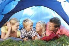 Junge Familienhaltungen im Zelt Stockfotos