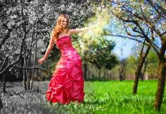 Junge feenhafte Frau im roten Kleid Lizenzfreie Stockbilder