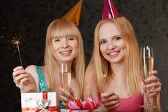 Junge feiernde Frau zwei Stockfotos