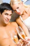 Junge feiernde Paare Lizenzfreie Stockbilder