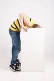 Junge fest sein Kopf in einem Kasten Lizenzfreie Stockfotografie