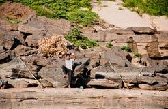 Junge fischt im Khong Fluss Lizenzfreies Stockbild