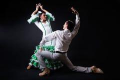 Junge Flamencotänzer im schönen Kleid auf schwarzem Hintergrund Stockbilder