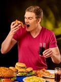 Junge Fleisch fressende Scheibe der Pizza Lizenzfreies Stockfoto