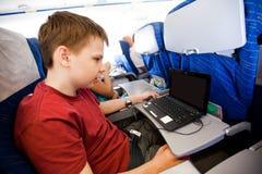 Junge fliegt in das Flugzeug lizenzfreie stockbilder