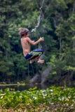 Junge fliegt rückwärts - Seil-Schwingen Wacissa-Fluss Lizenzfreie Stockfotos