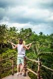 Junge Flitterwochenpaare, die tief auf der Brücke im Dschungel aufwerfen Regenwald von Bali-Insel Romantisches Trieb indonesien stockbild