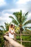Junge Flitterwochenpaare, die tief auf der Brücke im Dschungel aufwerfen Regenwald von Bali-Insel Romantisches Trieb indonesien stockbilder