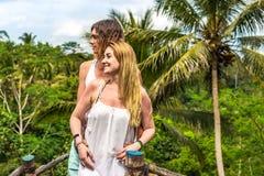 Junge Flitterwochenpaare, die tief auf der Brücke im Dschungel aufwerfen Regenwald von Bali-Insel Romantisches Trieb indonesien stockfoto