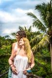 Junge Flitterwochenpaare, die tief auf der Brücke im Dschungel aufwerfen Regenwald von Bali-Insel Romantisches Trieb indonesien lizenzfreie stockfotos