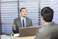 Junge fordernde vollziehenderklärung von seinem Angestellten Lizenzfreies Stockfoto