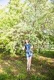 Junge Frühlingsfrau in blühendem Baum stockfotografie