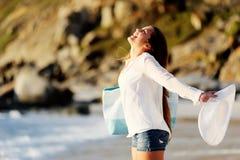 Junge Frau öffnet ihre Arme zu den Umlagerungen lizenzfreie stockfotografie