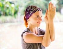 Junge Frau übendes garudasana Lizenzfreies Stockfoto