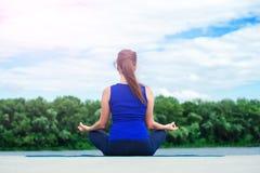 Junge Frau übendes modernes yoga02 Lizenzfreie Stockbilder