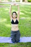 Junge Frau übendes Yoga Stockfotografie