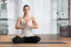 Junge Frau übendes Yoga Stockbilder